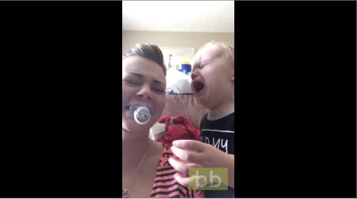 Un bébé console sa mère qui pleure en lui donnant sa tétine
