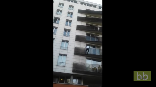Un homme escalade un immeuble pour sauver un enfant suspendu dans le vide à Paris