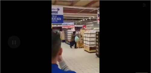 Des clients courent et se bousculent pour une promotion sur du chocolat dans un Carrefour