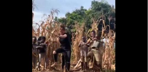 Une jeune femme fait une chorégraphie superbe de danse avec un enfant africain
