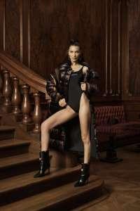 Bella Hadid est le nouveau visage de la campagne Kith x Versace