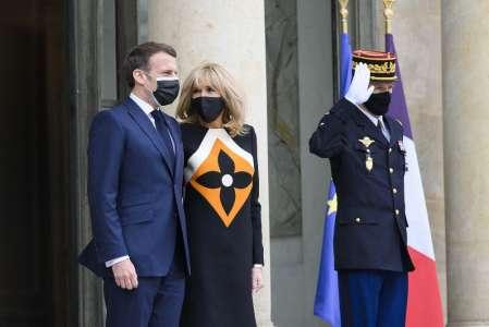 Brigitte Macron : cette robe Louis Vuitton au logo XXL, fallait oser !