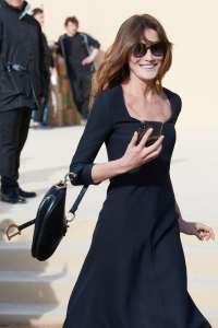 Carla Bruni sans Nicolas Sarkozy à la Fashion Week de Paris... Elle en profite pour porter des talons hauts !
