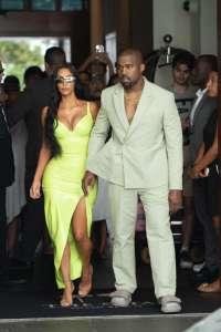 Kanye West : Il débarque au mariage de 2Chainz avec Kim Kardashian et des pantoufles !
