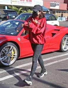 Vanessa Hudgens assortie à sa Ferrari !