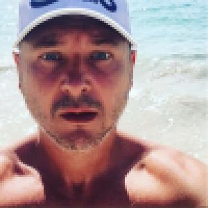 Cauet aminci : En vacances au soleil, il a fondu !