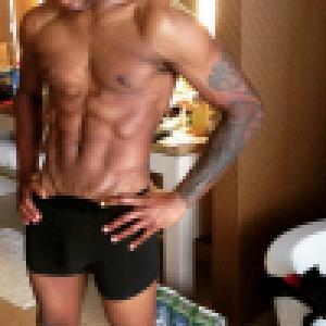 Usher : Entièrement nu dans sa salle de bain, le chanteur