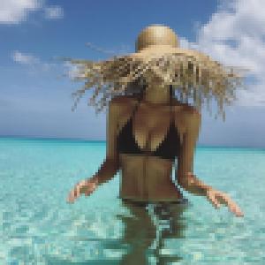 Emily Ratajkowski torride pour ses 25 ans : La bombe en bikini embrase la Toile
