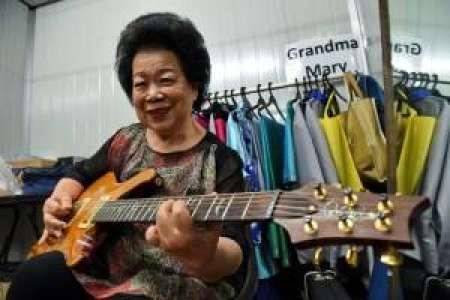 A 81 ans, une guitariste de rock fait sensation à Singapour