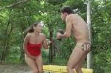 Il arrache la jupe des inconnues qu'il croise dans un parc