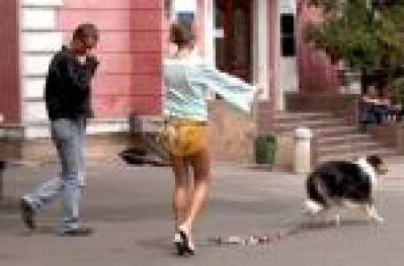 Oups, elle promène son chien quand sa jupe s'envole