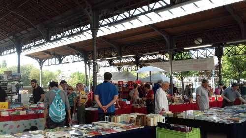 Interdire la vente de livres sur un marché, à l'heure des librairies essentielles ?
