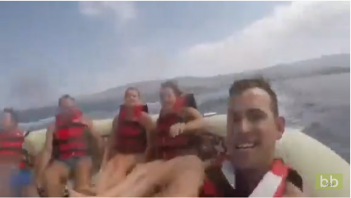 Une jeune femme se fait éjecter de la bouée tractée par un bateau !