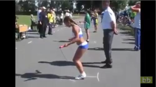 Elle bat le record du monde de corde à sauter et c'est incroyable !