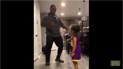 Quand une jeune fille fait un pas de danse très limite, devant son père…