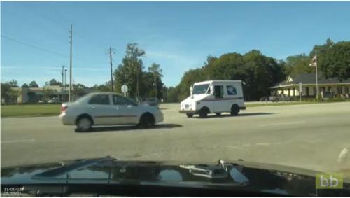 Un automobiliste s'engage à un carrefour sans voir un camion