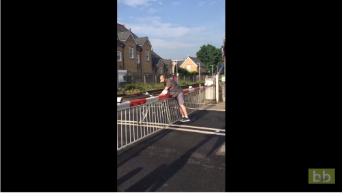 Un cycliste impatient veut absolument forcer au passage à niveau