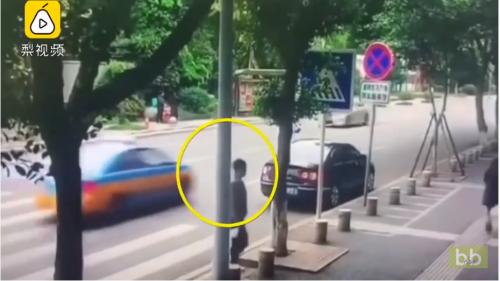 Un homme tente une arnaque à l'assurance en faisant semblant d'être mordu un chien