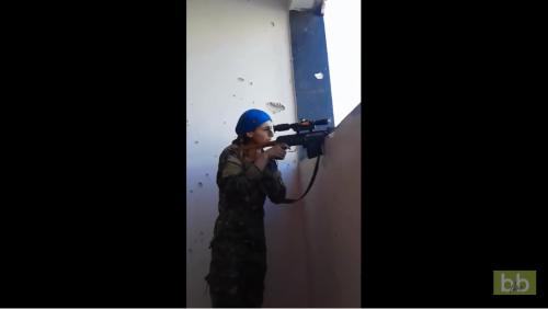 Vidéo choc : Une snipeuse kurde a eu beaucoup de chance