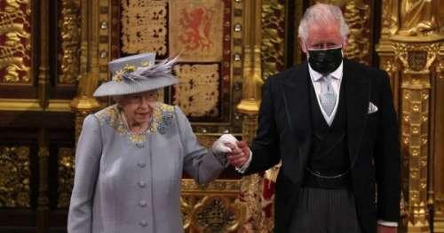 La photo poignante d'Elizabeth II qui reprend son rôle de reine, soutenue par le prince Charles