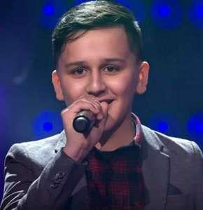 Garçon nerveux de 13 ans pense qu'il  chante comme Céline Dion, et je pense que les juges sont d'accord