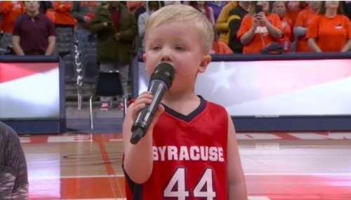 Un courageux gamin accepte de chanter l'hymne national devant la foule, puis 6 000 personnes sont debout