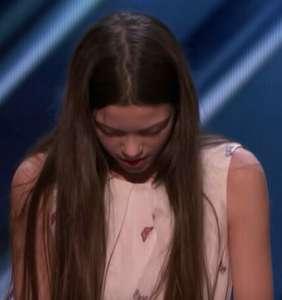 Ado nerveuse de 13 ans monte sur scène pour chanter, puis les juges la comparent à Janis Joplin