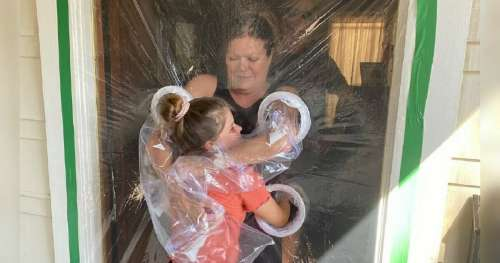 Une fillette de 10 ans crée un «rideau câlin» pour embrasser ses grands-parents en toute sécurité pendant la pandémie