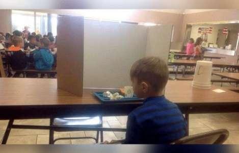 Une mère rend visite à son petit garçon de 6 ans pendant le déjeuner et se rend compte qu'il a été «humilié publiquement » par ses professeurs