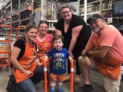 Les employés de Home Depot construisent un déambulateur pour un enfant de 2 ans atteint d'hypotonie
