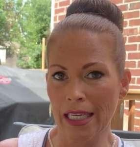 Une mère aperçoit dans le reflet du miroir le petit ami de sa fille qui frappe son chien avec un manche à balai