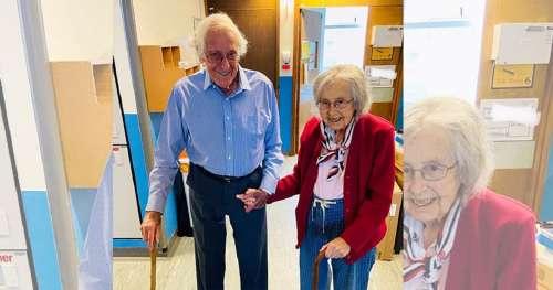 Couple âgé de 88 et 91 ans ayant quitté l'hôpital après avoir vaincu le COVID-19 ensemble