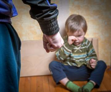 Une mère frappe son fils de 2 ans avec un câble métallique en pleurant, car il a cassé la protection de son téléphone portable