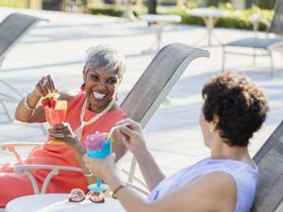 Medical News Today: Does drinking alcohol in older age prolong life?