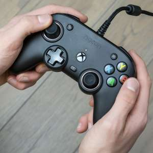 Nacon date sa manette Pro Compact pour Xbox Series, Xbox One et PC