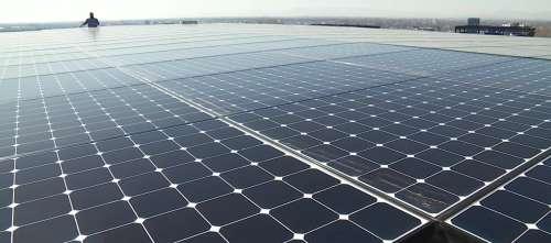 Grâce à l'énergie solaire, les habitants de cet immeuble ne paient pas l'électricité