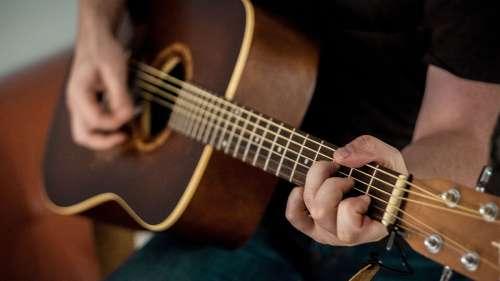 Comment apprendre facilement la guitare en ligne