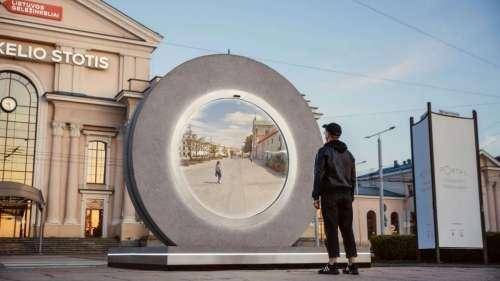Un étrange portail futuriste relie les habitants de deux villes alors que 600 km les séparent