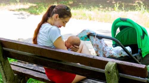 Lynché sur Twitter, Disneyland s'excuse pour avoir interdit à une maman d'allaiter son bébé