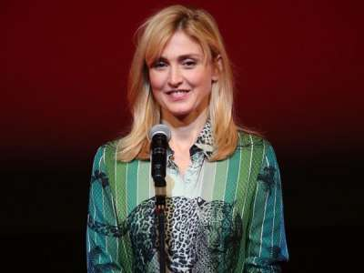 PHOTOS. Julie Gayet s'affiche dans un look surprenant au festival international du film de Tokyo