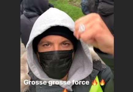 PHOTOS. Gilets jaunes: le poing levé, Nekfeu a protesté parmi les manifestants à Paris