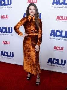 Selena Gomez rayonnante en robe d'hiver en velours signée Prada