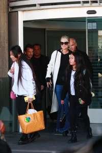 Jade Hallyday débarque à Paris avec trois sacs de luxe : découvrez leurs prix !