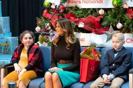 Melania Trump mise sur une jupe turquoise Prada, à 1.100 dollars, pour rendre visite à des enfants à l'hôpital
