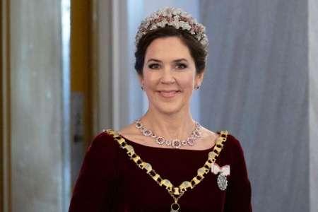 Mary de Danemark très élégante dans une robe en velours pour la réception du Nouvel An au palais royal