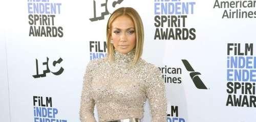 Jennifer Lopez somptueuse en col roulé à sequins pour lesSpirit Awards