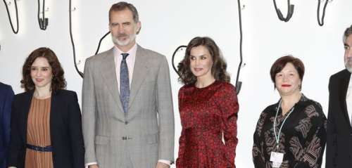 La reine Letizia ultra glamour en robe rouge, elle rayonne au côté du roi
