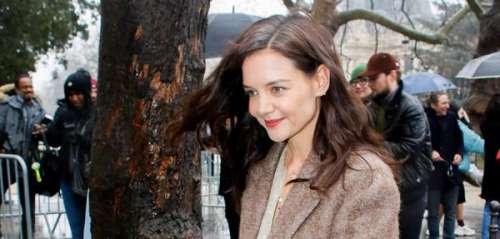 Comme Letizia d'Espagne et Kate Middleton, Katie Holmes assume ses cheveux blancs en pleine Fashion Week de Paris