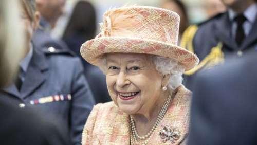 Coronavirus: la reine Elizabeth II serre des mains avec ses gants pour la première fois en 66 ans de règne