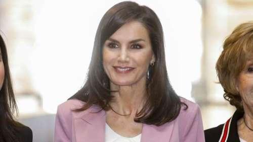 La reine Letizia d'Espagne ressort son tailleur rose Hugo Boss fétiche